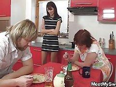 Dinnéar mar thoradh ar threesome